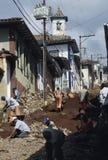 Arbeitskräfte, die eine Straße in Mariana, Minas Gerais, Brasilien stein-pflastern Lizenzfreie Stockfotos