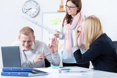 Arbeitskräfte, die Spaß im Büro haben Stockfoto