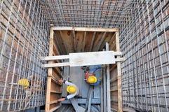 Arbeitskräfte an einem Aufbau Stockfotografie