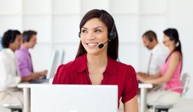 Arbeitskräfte in einer Aufrufmitte mit Hörmuschel ein Stockbilder