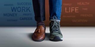 Arbeitsleben-Balancenkonzept Niedriger Abschnitt eines Mannes, der mit ha steht lizenzfreies stockfoto
