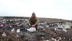 Arbeitslose obdachlose schmutzige schauende Lebensmittelabfälle des Dumps stock video