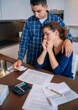 Arbeitsloser Ehemann gibt Trost zu seinem Frauschreien Stockfotos