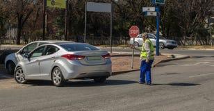Arbeitsloser kaukasischer Parkwächter, der Kraftfahrer unterstützt Lizenzfreies Stockbild