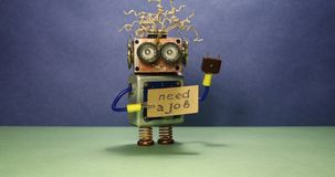Arbeitsloser lustiger Roboter, der nach einem Job sucht Der verrückte Spielzeugroboter spinnt eine Pappmitteilung, die handgeschr stock video