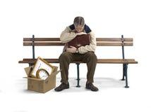 Arbeitsloser Mann auf einer Bank Stockfotografie