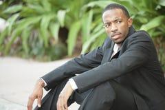 Arbeitsloser schwarzer Geschäftsmann Lizenzfreie Stockfotos