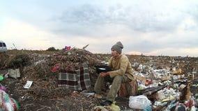 Arbeitsloses obdachloses schmutziges schauendes Lebensmitteldump des Mannes stock footage