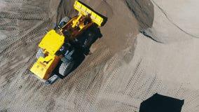 Arbeitsmaschinenbelastungen ein LKW mit zerquetschten Steinen an einem Steinbruch stock video