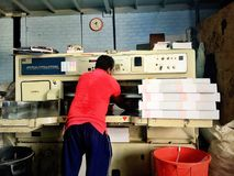Arbeitspapier-Schneidermaschine stockbilder