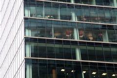 Arbeitsplätze in einem Glasgeschäftszentrum Stockbilder