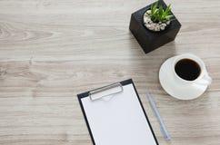 arbeitsplatz Auf dem Holztisch ist ein Ordner mit einem Klipp Stockbild