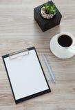 arbeitsplatz Auf dem Holztisch ist ein Ordner mit einem Klipp, ein Weiß Stockfotografie