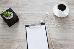 arbeitsplatz Auf dem Holztisch ist ein Ordner mit einem Klipp, ein Weiß Stockbilder