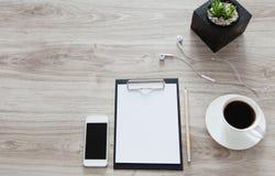 arbeitsplatz Auf dem Holztisch ist ein Ordner mit einem Klipp, ein Weiß Stockfoto