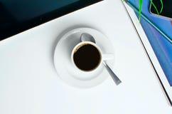 Arbeitsplatz auf die Oberseite mit Kaffee Stockfotografie