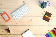 Arbeitsplatz auf gemütlichem hellem Holztisch mit Notizblock Lizenzfreie Stockfotografie