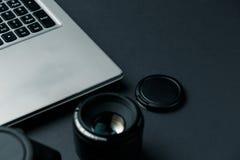 Arbeitsplatz auf schwarzer Tabelle des Fotografen Minimaler Arbeitsplatz lizenzfreies stockfoto