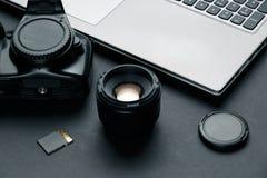 Arbeitsplatz auf schwarzer Tabelle des Fotografen lizenzfreie stockfotos