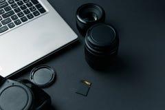 Arbeitsplatz auf schwarzer Tabelle des Fotografen stockfotos