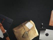 Arbeitsplatz bestanden aus Postpaket mit Umschlag Beschneidungspfad eingeschlossen Lizenzfreie Stockbilder