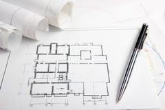 Arbeitsplatz des Architekten - Architekturprojekt, Pläne, Rollen und Tablette, Stift, Teilerkompaß auf Plänen technik lizenzfreies stockfoto