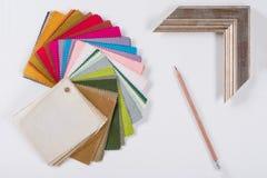 Arbeitsplatz des Architekten, Designer mit Zeichnungen, Proben von dekorativen Materialien Lizenzfreies Stockfoto