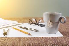 Arbeitsplatz des Architekten, Designer mit Zeichnungen, Proben von dekorativen Materialien Stockfotografie