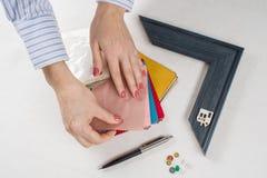 Arbeitsplatz des Architekten, Designer mit Zeichnungen, Proben von dekorativen Materialien Stockfotos