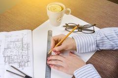 Arbeitsplatz des Architekten, Designer mit Zeichnungen, Proben von dekorativen Materialien Lizenzfreie Stockfotos