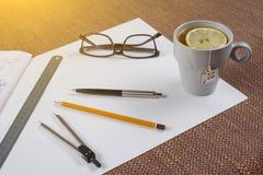 Arbeitsplatz des Architekten, Designer mit Zeichnungen, Proben von dekorativen Materialien Stockbild