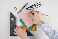 Arbeitsplatz des Architekten, Designer mit Zeichnungen, Proben von dekorativen Materialien Lizenzfreies Stockbild