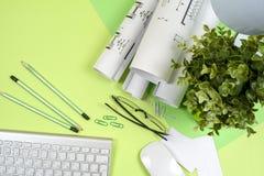 Arbeitsplatz des Architekten - Rollen und Pläne Stockfotos