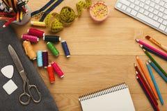 Arbeitsplatz des Modedesigners, Draufsicht Lizenzfreie Stockfotografie
