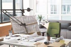 Arbeitsplatz des qualifizierten modernen Architekten stockfotografie