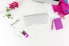 Arbeitsplatz-Draufsicht mit den roten und purpurroten Einzelteilen auf weißem Schreibtisch stockbild