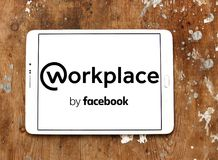 Arbeitsplatz durch Facebook-Logo Stockfotografie