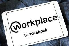 Arbeitsplatz durch Facebook-Logo Lizenzfreies Stockfoto