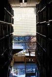 Arbeitsplatz an einer Hochschulbibliothek stockfotografie