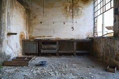 Arbeitsplatz in einer verlassenen Fabrik Stockbilder