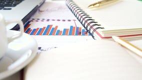 Arbeitsplatz eines Geschäftsmannes Notizbuch, Stift, Kaffeetasse und anderes Zubehör auf dem Schreibtisch stock video