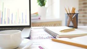 Arbeitsplatz eines Geschäftsmannes Schreibtisch mit einem Laptop, Tablette, Notizbuch und anderem Zubehör stock video