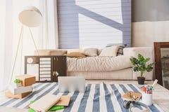 Arbeitsplatz für Blogger im Wohnzimmer Lizenzfreie Stockfotografie
