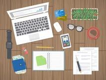 Arbeitsplatz im Büro Arbeit in einem Team, Arbeitstätigkeit Büroarbeitsmittel auf einem Holztisch Ansicht von oben Stockfotografie