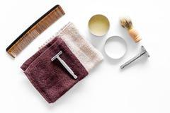 Arbeitsplatz im Friseursalon Rasiermesser, Rasierpinsel, Kamm auf weißem copyspace Draufsicht des Hintergrundes Stockfoto