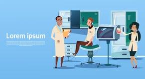 Arbeitsplatz-Krankenhaus-Medizin-Sorgfalt Arzt-Team Examinig Patient Clinic Interior Stockbilder