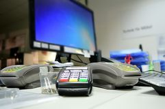 Arbeitsplatz, Kreditkarten angenommen, Computer Stockfotografie