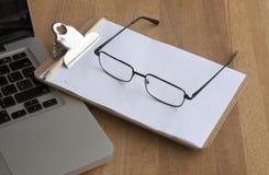 arbeitsplatz Laptop, Gläser, Bleistift und Papier Lizenzfreie Stockbilder