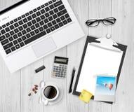 Arbeitsplatz, Laptopglaskaffee auf Holztisch, realistischer Vektor Stockfotos
