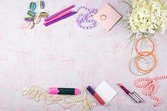 Arbeitsplatz mit Computer, Blumenstrauß Hortensien, Klemmbrett Frauen ` s Mode-Accessoires auf rosa Hintergrund flach stockfotos